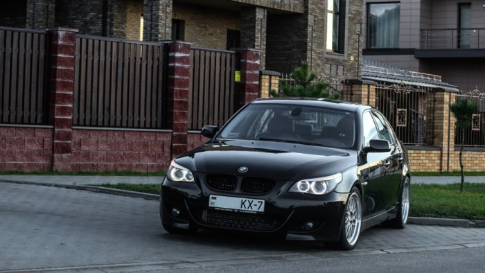 Мужчина позволил чужой жене кататься на своем BMW 5-Series. Ее мужу это не понравилось