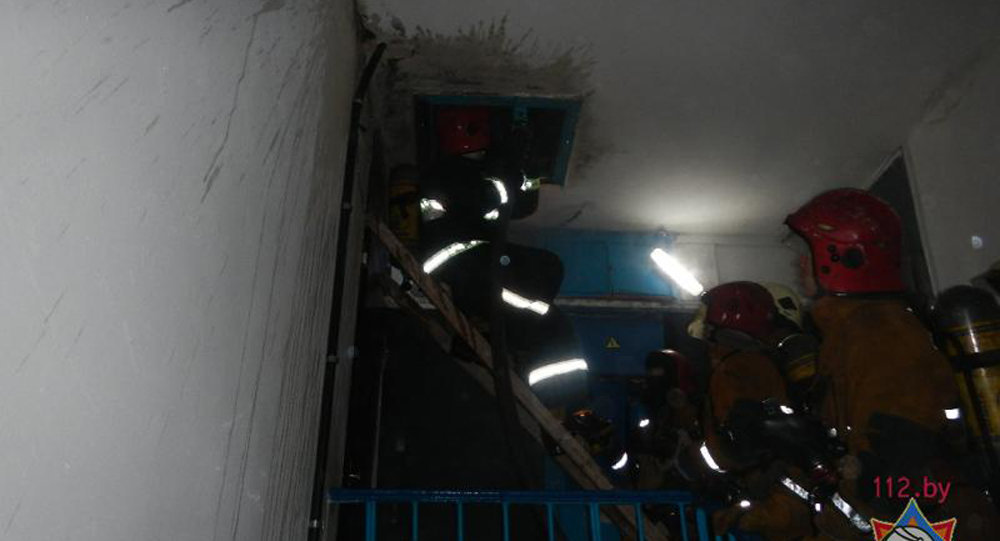 Кровля многоэтажного дома горела в Речице