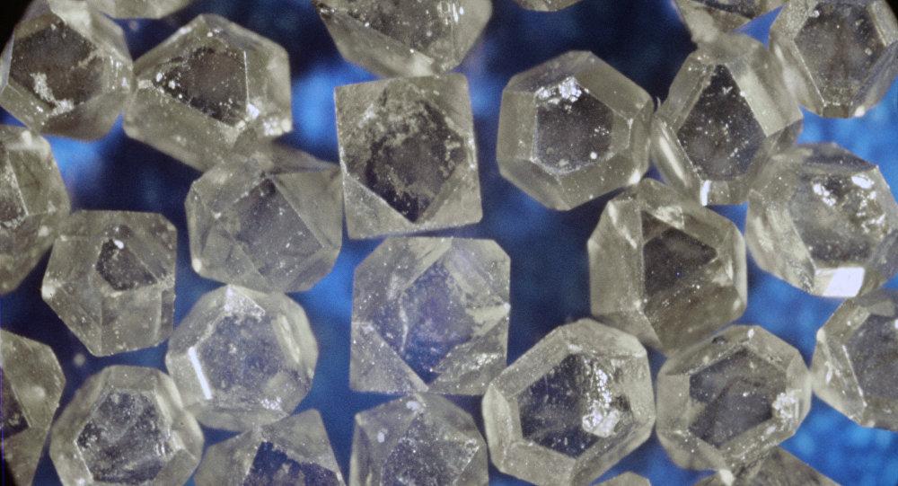 Россиянин пытался ввезти в Беларусь 9 кило алмазов на $500 тыс.
