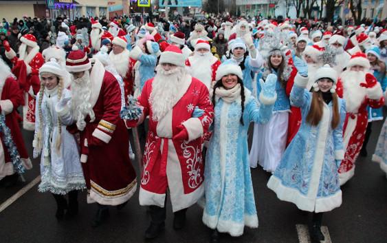 Шествие Дедов Морозов и Снегурочек. Фото Речица CITY
