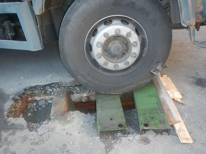 Фотофакт: в Речице МАЗ продавил асфальт. Потребовалась помощь МЧС