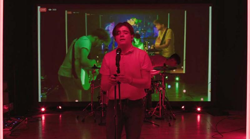 Группа исполнила песню из зацикленных фрагментов, используя задержки в трансляции Facebook Live