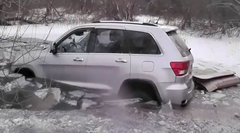 Спасатели вытащили Jeep, провалившийся под лед возле Светлогорска