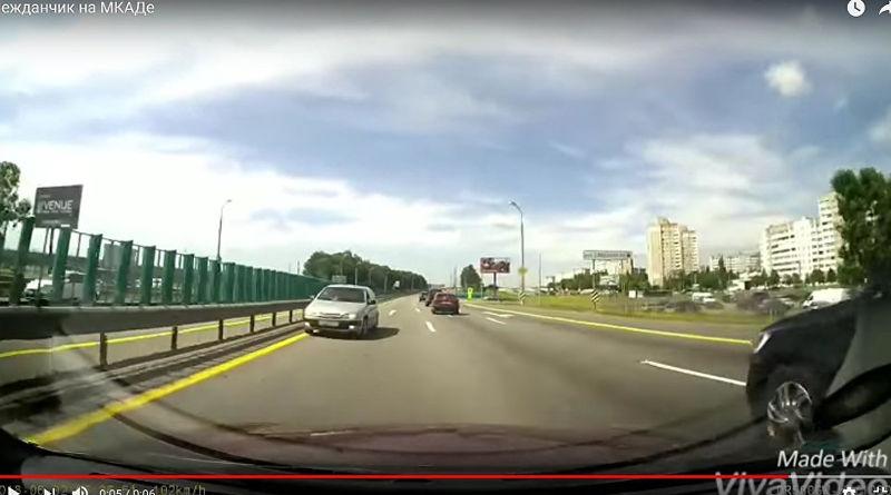 Куда все едут: Citroen мчался по МКАД навстречу потоку