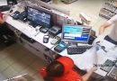 Видеофакт: мужчина сножом ограбил АЗС вВитебске
