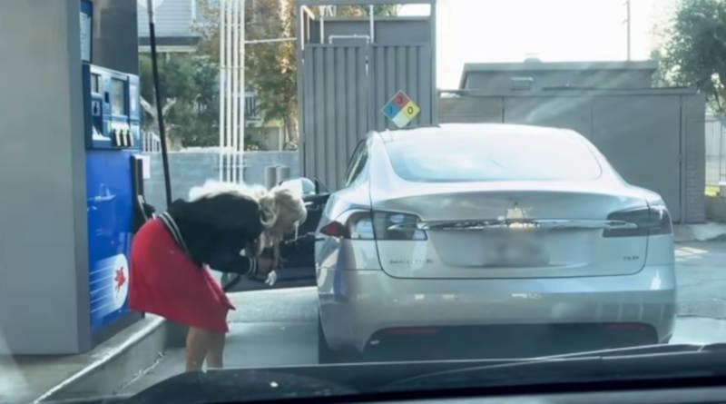 Девушка пытается заправить «Теслу» бензином (видео)