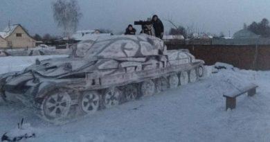 Семья слепила из снега гигантский танк ИС-7
