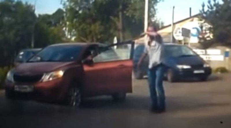 Водители подняли машину испасли застрявшего под ней байкера — видео