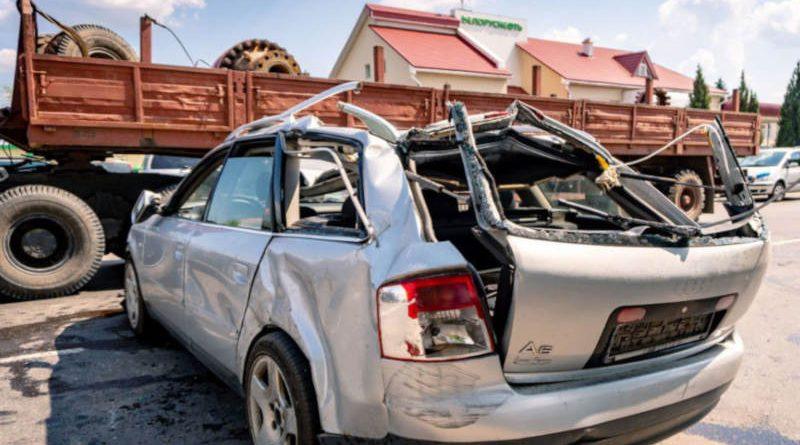 Лесовоз повредил сразу пять легковушек вСветлогорске