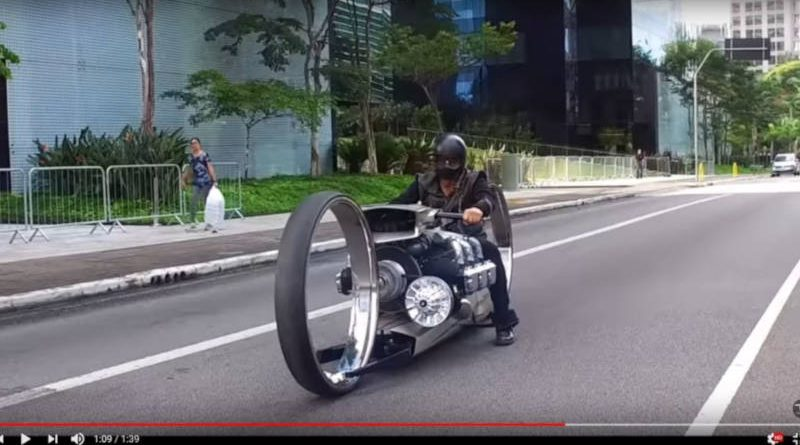 Бывший гонщик «Ф-1» построил супербайк смотором от самолета — видео