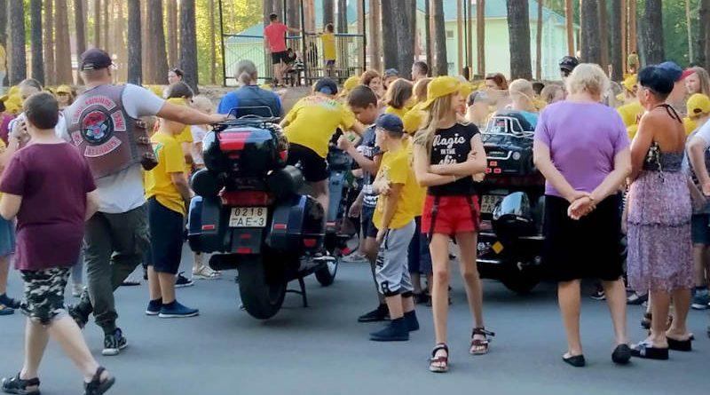 Речицкие байкеры иработники Госавтоинспекции напомнили детям оправилах поведения на дороге