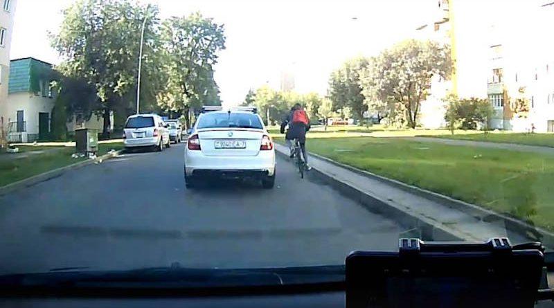 Не поделили дорогу: водитель набросился скулаками на велосипедиста — видео