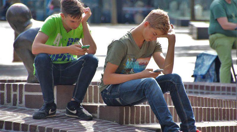 Ученые объяснили, как влияет чрезмерное увлечение соцсетями на здоровье подростков